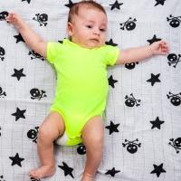Muselinas de tela para bebé o como verle dormir relajado.